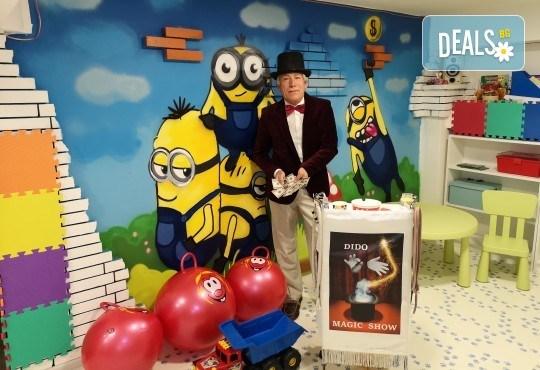 2 часа детски рожден ден с фокусник-клоун, двама аниматори, много игри, детска дискотека, украса, подарък за рожденика, храни и напитки за всяко дете от Детски парти център АбракадабрА! - Снимка 1