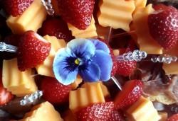 Микс от 110 коктейлни хапки с биволско сирене, чери доматче, прошуто, ементал и сезонни плодове от My Style Event! - Снимка