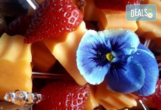 Микс от 110 коктейлни хапки с биволско сирене, чери доматче, прошуто, ементал и сезонни плодове от My Style Event! - Снимка 2