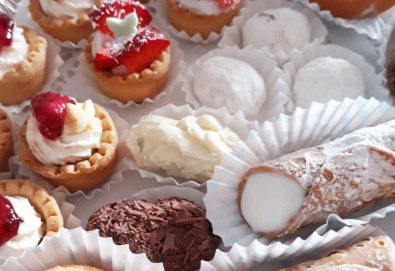 Сладко изкушение за Вашите гости! 36 броя тарталети със сметана и пресни плодове, поръсени с кокос, от My Style Event! - Снимка