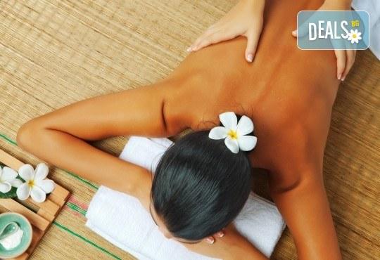 Спокойствие и релакс за тялото! Класически, релаксиращ или болкоуспокояващ масаж с био масла на цяло тяло и бонус: масаж на глава в салон Женско Царство! - Снимка 1