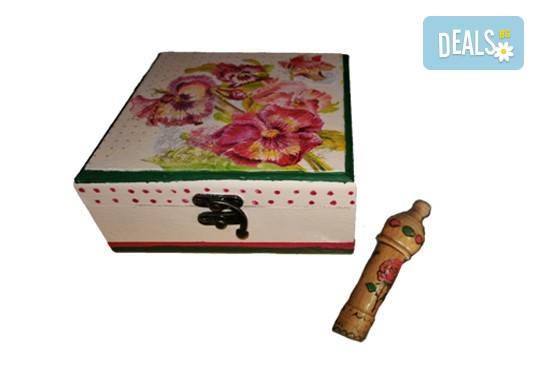 Дървена кутийка за бижута, изработена чрез техниката декупаж с парфюм Българска роза или изящна четка за коса от Хартиен свят! - Снимка 2