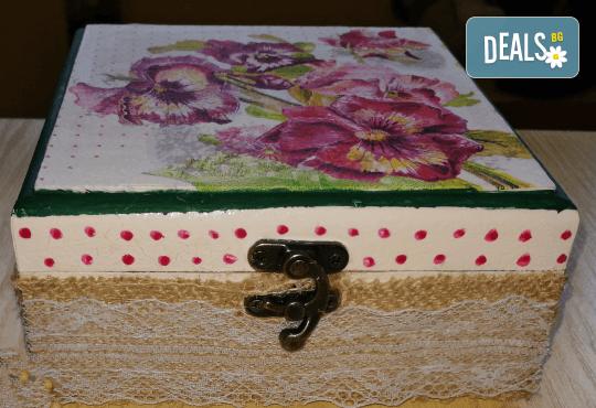 Дървена кутийка за бижута, изработена чрез техниката декупаж с парфюм Българска роза или изящна четка за коса от Хартиен свят! - Снимка 4