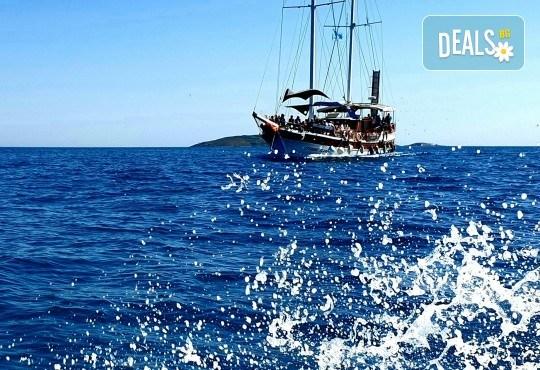 Време е за море, слънце и морски приключения! Добре дошли на борда на круиз в Райския залив край Созопол - 4 часа, с разхлаждаща напитка, слънчеви бани, плуване! - Снимка 6