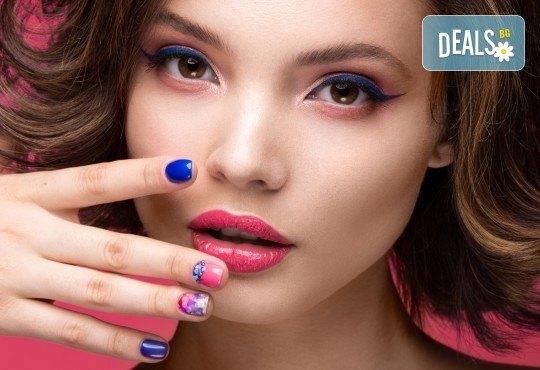 Перфектни ръце! Маникюр с BlueSky, 2 декорации и масаж на длани в салон за красота Женско Царство в Студентски град или в Центъра! - Снимка 1