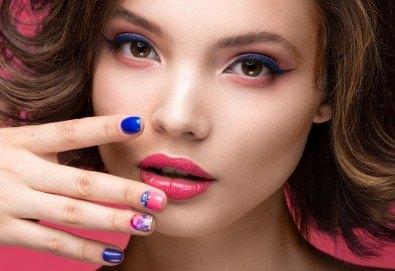 Перфектни ръце! Маникюр с BlueSky, 2 декорации и масаж на длани в салон за красота Женско Царство в Студентски град или в Центъра! - Снимка