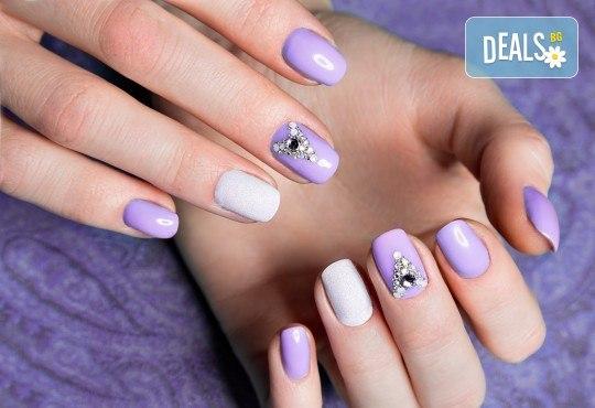 Перфектни ръце! Дълготраен маникюр с гел лак BlueSky, 2 декорации и масаж на длани в салон за красота Женско Царство в Студентски град - Снимка 4