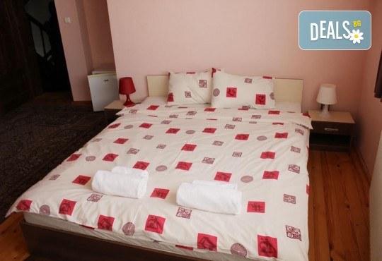 Почивка в Добринище! 1 нощувка със закуска в къща за гости Андрееви, отстъпка за ползване на минерален басейн - Снимка 10