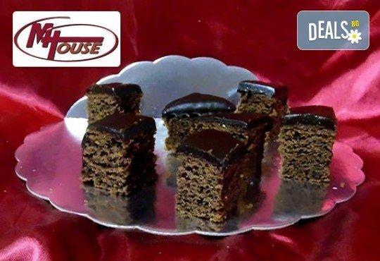 Сладък импулс! 50 или 100 броя сладки петифури микс в ШЕСТ различни вкусови стила от Muffin House - Снимка 9