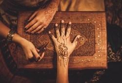 Искате ли да си направите собствена татуировка? Еднодневен уъркшоп за направа на временна татуировка с къна в ателие Цветна магия! - Снимка