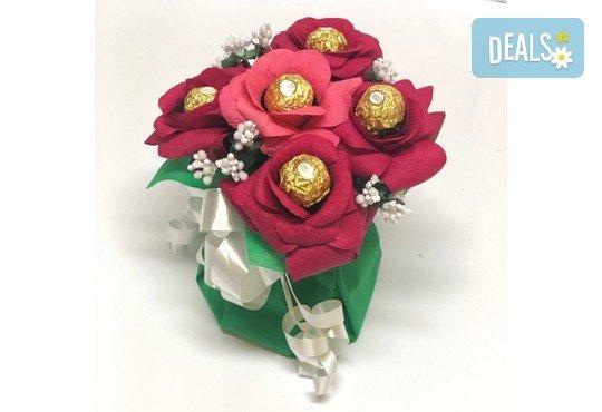 Ръчно изработен шоколадов букет с 5 бонбона и хартиени цветя от Онлайн магазин за подаръци Банана! - Снимка 2