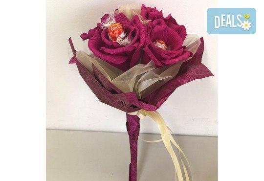 Ръчно изработен шоколадов букет с 5 бонбона и хартиени цветя от Онлайн магазин за подаръци Банана! - Снимка 3