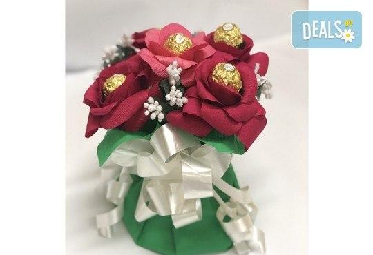 Ръчно изработен шоколадов букет с 5 бонбона и хартиени цветя от Онлайн магазин за подаръци Банана! - Снимка 5