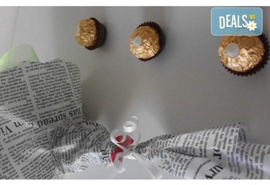 Ръчно изработен шоколадов букет с 5 бонбона и хартиени цветя от Онлайн магазин за подаръци Банана! - Снимка 4