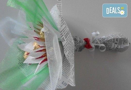 Ръчно изработен шоколадов букет с 5 бонбона и хартиени цветя от Онлайн магазин за подаръци Банана! - Снимка 6
