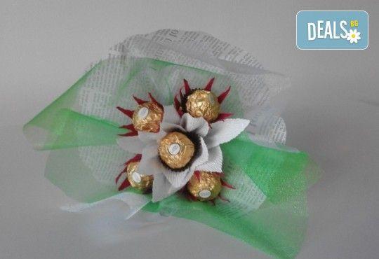 Ръчно изработен шоколадов букет с 5 бонбона и хартиени цветя от Онлайн магазин за подаръци Банана! - Снимка 7