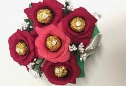 Ръчно изработен шоколадов букет с 5 бонбона и хартиени цветя от Онлайн магазин за подаръци Банана! - Снимка
