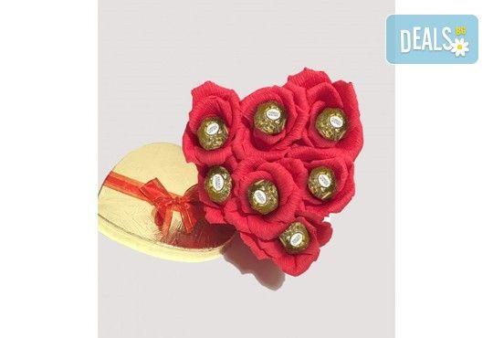 Вземете изкусителна шоколадова кутия със седем или девет бонбона и ръчно изработени цветя от Онлайн магазин за подаръци Банана! - Снимка 11