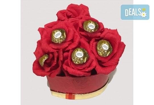 Вземете изкусителна шоколадова кутия със седем или девет бонбона и ръчно изработени цветя от Онлайн магазин за подаръци Банана! - Снимка 12