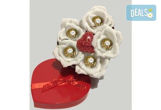 Вземете изкусителна шоколадова кутия със седем или девет бонбона и ръчно изработени цветя от Онлайн магазин за подаръци Банана! - Снимка 13