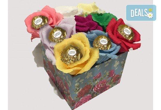 Вземете изкусителна шоколадова кутия със седем или девет бонбона и ръчно изработени цветя от Онлайн магазин за подаръци Банана! - Снимка 1