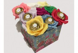 Вземете изкусителна шоколадова кутия със седем или девет бонбона и ръчно изработени цветя от Онлайн магазин за подаръци Банана! - Снимка