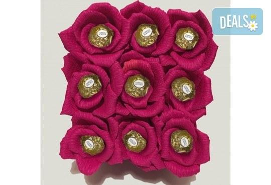 Вземете изкусителна шоколадова кутия със седем или девет бонбона и ръчно изработени цветя от Онлайн магазин за подаръци Банана! - Снимка 7