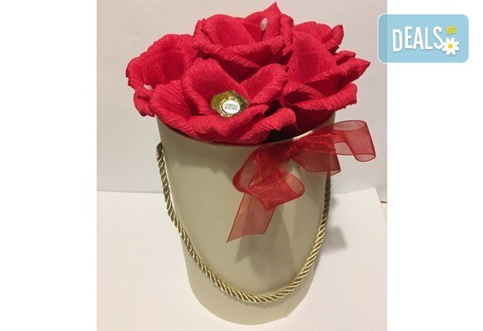 Вземете изкусителна шоколадова кутия със седем или девет бонбона и ръчно изработени цветя от Онлайн магазин за подаръци Банана! - Снимка 8