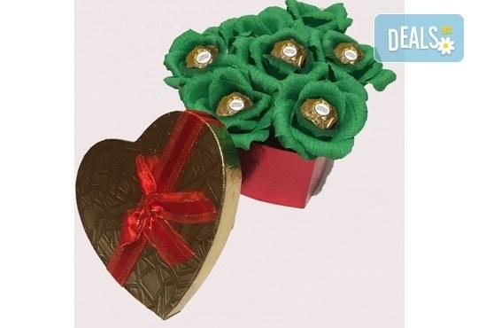 Вземете изкусителна шоколадова кутия със седем или девет бонбона и ръчно изработени цветя от Онлайн магазин за подаръци Банана! - Снимка 2