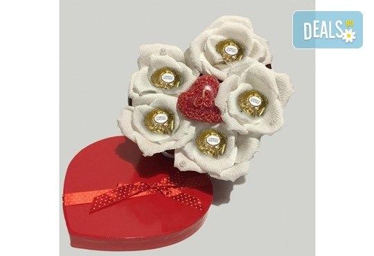 Вземете изкусителна шоколадова кутия със седем или девет бонбона и ръчно изработени цветя от Онлайн магазин за подаръци Банана! - Снимка 9