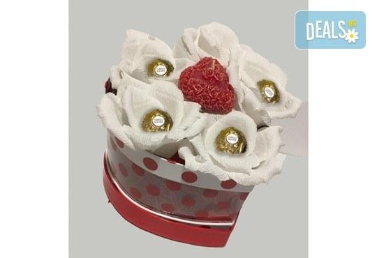 Вземете изкусителна шоколадова кутия със седем или девет бонбона и ръчно изработени цветя от Онлайн магазин за подаръци Банана! - Снимка 10