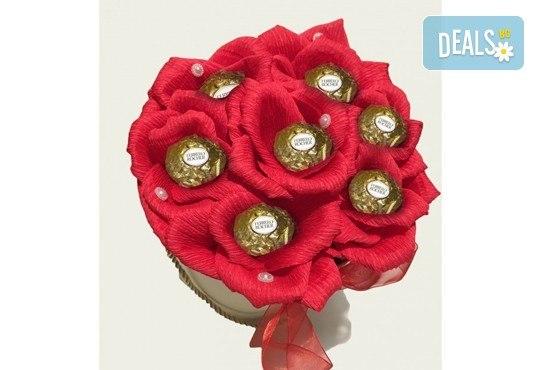 Вземете изкусителна шоколадова кутия със седем или девет бонбона и ръчно изработени цветя от Онлайн магазин за подаръци Банана! - Снимка 4