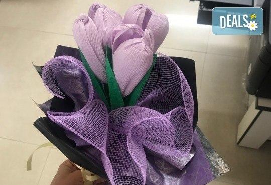 Подарете шоколадов букет Целуни ме с ръчно изработени цветя и 3 луксозни шоколадови бонбона от Онлайн магазин за подаръци Банана! - Снимка 1