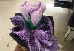 Подарете шоколадов букет Целуни ме с ръчно изработени цветя и 3 луксозни шоколадови бонбона от Онлайн магазин за подаръци Банана! - Снимка
