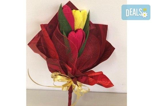 Подарете шоколадов букет Целуни ме с ръчно изработени цветя и 3 луксозни шоколадови бонбона от Онлайн магазин за подаръци Банана! - Снимка 7