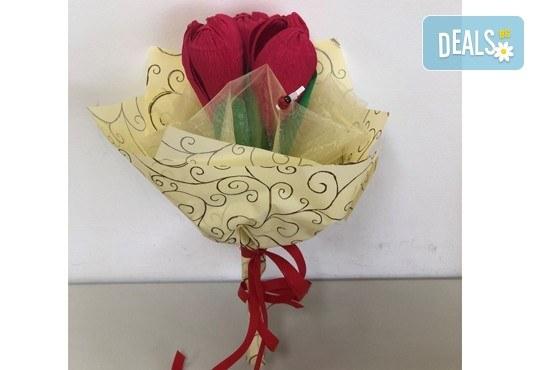 Подарете шоколадов букет Целуни ме с ръчно изработени цветя и 3 луксозни шоколадови бонбона от Онлайн магазин за подаръци Банана! - Снимка 9