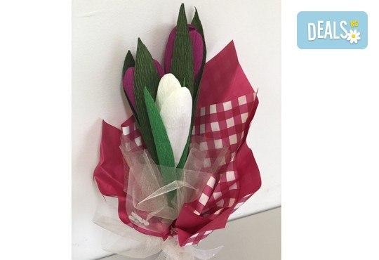 Подарете шоколадов букет Целуни ме с ръчно изработени цветя и 3 луксозни шоколадови бонбона от Онлайн магазин за подаръци Банана! - Снимка 4