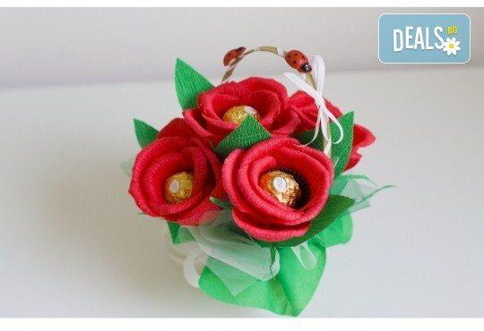 Ръчно изработена и аранжирана подаръчна кошница Калинка с цветя и 5 луксозни бонбона от Онлайн магазин за подаръци Банана! - Снимка 3