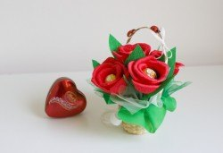 Ръчно изработена и аранжирана подаръчна кошница Калинка с цветя и 5 луксозни бонбона от Онлайн магазин за подаръци Банана! - Снимка