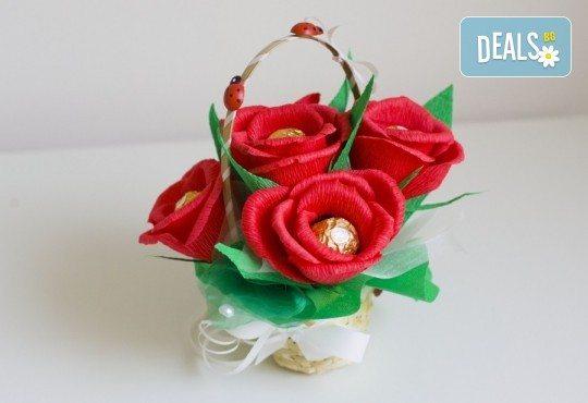 Ръчно изработена и аранжирана подаръчна кошница Калинка с цветя и 5 луксозни бонбона от Онлайн магазин за подаръци Банана! - Снимка 2
