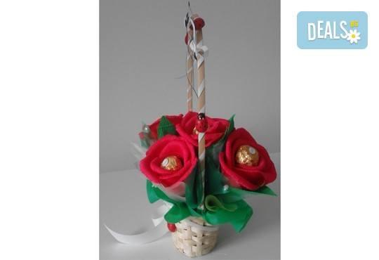Ръчно изработена и аранжирана подаръчна кошница Калинка с цветя и 5 луксозни бонбона от Онлайн магазин за подаръци Банана! - Снимка 4