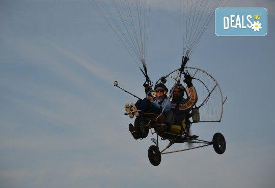 Адреналин! Тандемен полет с двуместен моторен парапланер близо до София и HD видеозаснемане от клуб Vertical Dimension! - Снимка 12