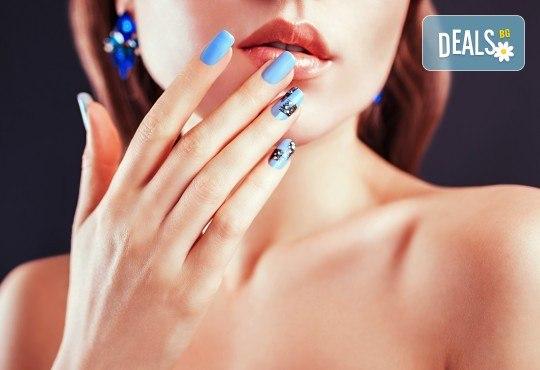 Перфектни ръце! Дълготраен маникюр с гел лак BlueSky, 2 декорации и масаж на длани в салон за красота Женско Царство в Центъра или Студентски град - Снимка 1