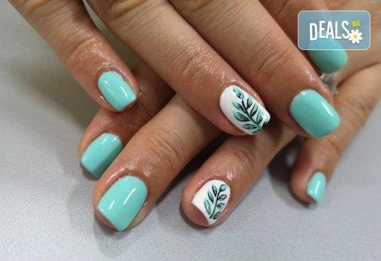 Перфектни ръце! Дълготраен маникюр с гел лак BlueSky, 2 декорации и масаж на длани в салон за красота Женско Царство в Центъра или Студентски град - Снимка 4
