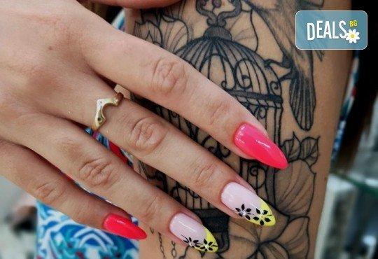 Перфектни ръце! Дълготраен маникюр с гел лак BlueSky, 2 декорации и масаж на длани в салон за красота Женско Царство в Центъра или Студентски град - Снимка 6