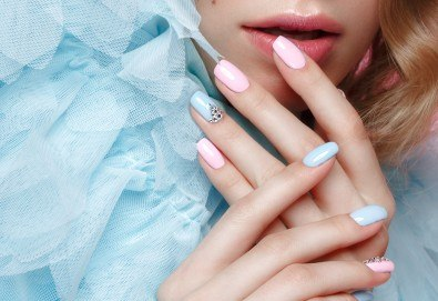 Перфектни ръце! Дълготраен маникюр с гел лак BlueSky, 2 декорации и масаж на длани в салон за красота Женско Царство в Студентски град - Снимка