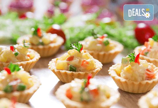 Апетитно и свежо! 3 плата с общо 80 зеленчукови шишчета, мини еклери и тарталети, аранжирани и декорирани за директно сервиране, от кулинарна работилница Деличи! - Снимка 4