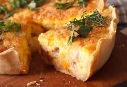 Вземете мини киш с френски сирена, сметана, зеленчуци и бекон - 15бр. в кутия от My Style Event! - Снимка