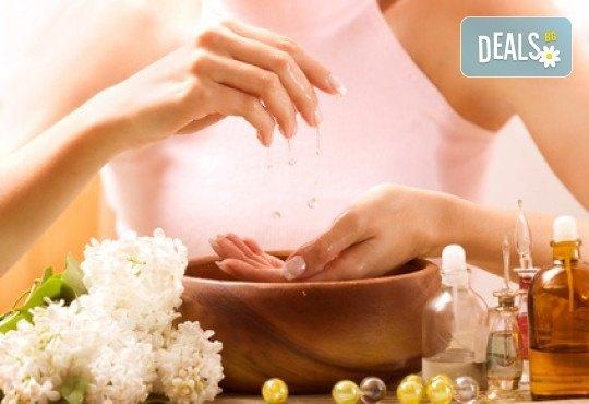 Лечебен маникюр с терапия за ноктите и кожата на ръцете с подхранващи и заздравяващи продукти във фризьоро-козметичен салон Вили! - Снимка 1