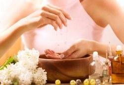 Здравословен, неувреждащ ноктите маникюр с подхранващи и заздравяващи продукти и цвят по избор във фризьоро-козметичен салон Вили! - Снимка